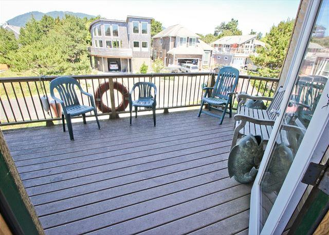 CHINOOK~ Beautiful bright home with hot tub, game tables, 1/2  block to beach - Image 1 - Manzanita - rentals