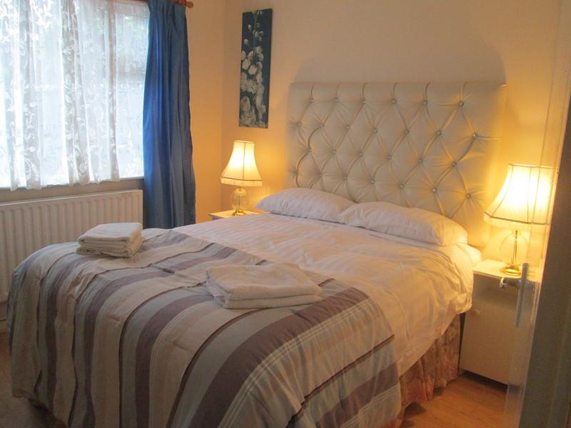 king size bedroom in farmhouse - Holiday /study  IN QUIET AREA ( 40) euro per day) - Caherconlish - rentals