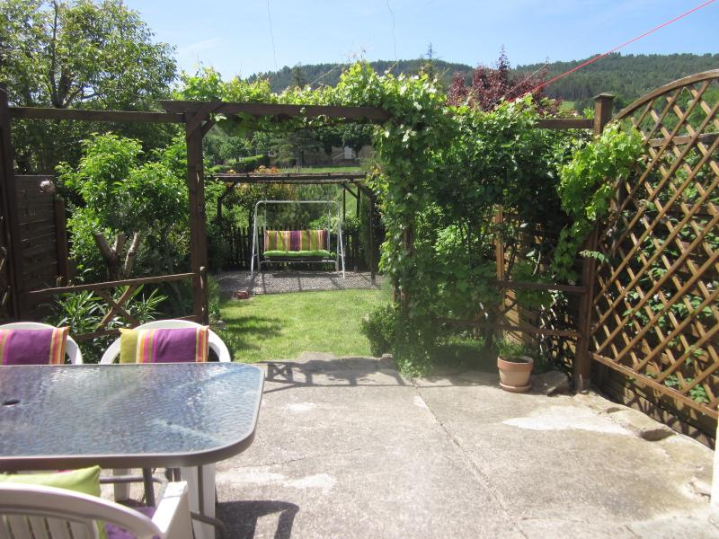 Beautiful sunny garden with lovely village views - Unique stone barn, close to Limoux, Carcassonne - Limoux - rentals
