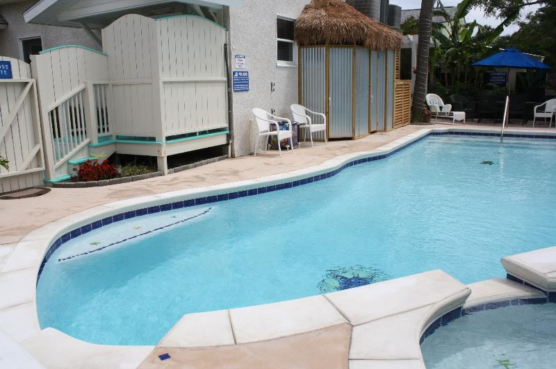 Large pool, hot tub, shower, bathrm, eating area just outside your back door. - The Fiddler; Sleeps 2/4, walk to beach; ht tb;pool - Tybee Island - rentals