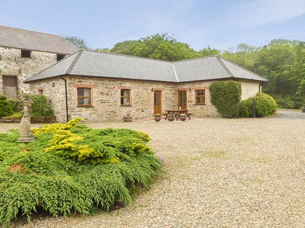 SWALLOW COTTAGE, all ground floor, shared outdoor pool, off road parking, in Llanboidy, Ref 924597 - Image 1 - Llanboidy - rentals
