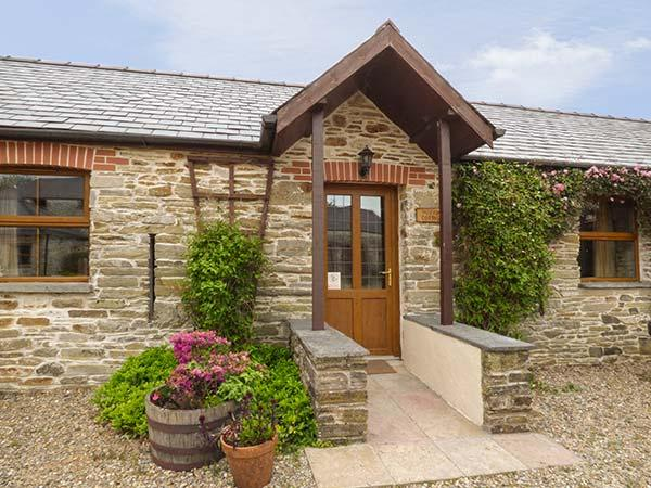 PUFFIN COTTAGE, mostly ground floor, shared outdoor heated pool, parking, in Llanboidy, Ref 924599 - Image 1 - Llanboidy - rentals