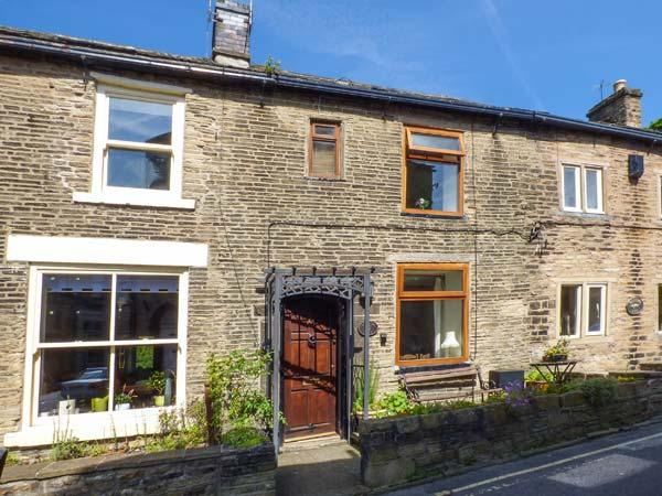 WILLOW SETT, mid-terrace, rear balcony, ideal for a couple or small family, in Hayfield Ref 922592 - Image 1 - Hayfield - rentals