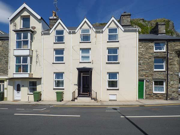 PENLAN HOUSE, over 3 floors, en-suites, walk-in wardrobes, woodburner, in - Image 1 - Barmouth - rentals