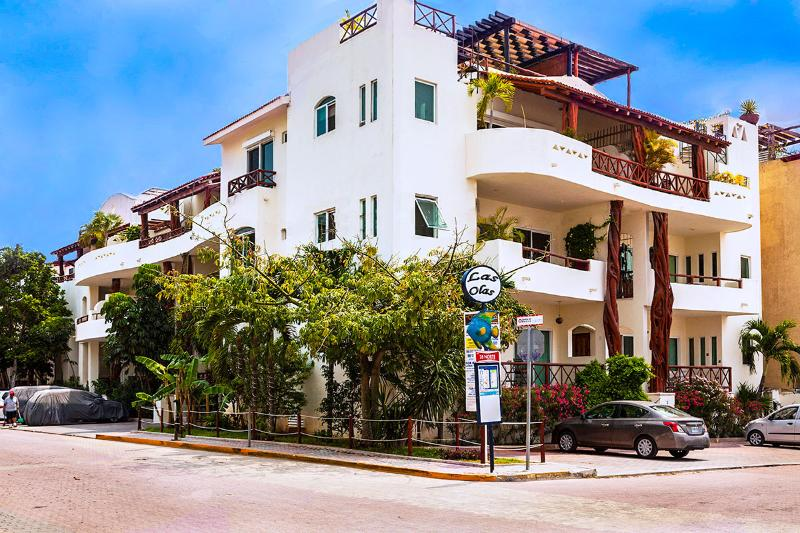 Las Olas Condominium on the corner of 1st Avenue and Mamitas Beach Road in Central Playa Del Carmen. - #207 Las Olas Condo Buena Vida - Just Steps from Mamitas Beach and 5th Avenue - Playa del Carmen - rentals