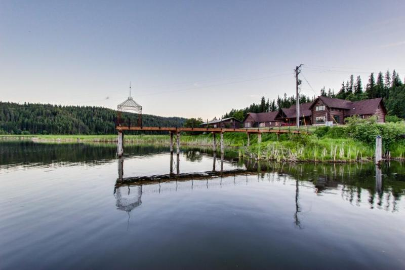 Charming and dog-friendly lakefront log cabin with gorgeous lake views! - Image 1 - Coeur d'Alene - rentals