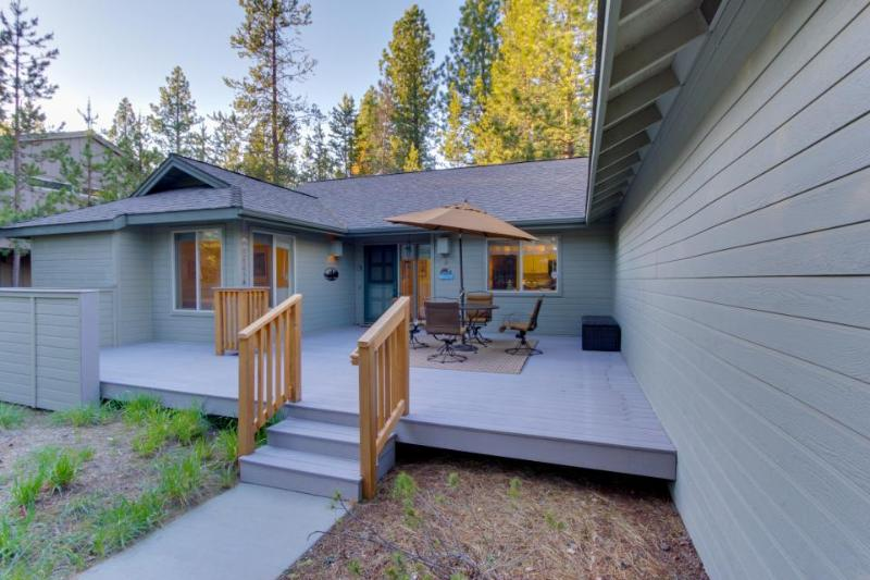 Sunny home near golf w/fireplace, hot tub, and SHARC access! - Image 1 - Sunriver - rentals
