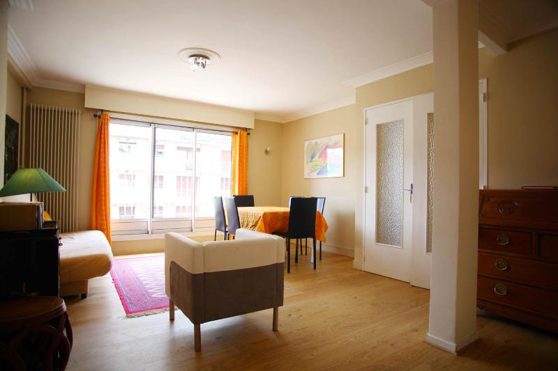 Large and sunny living room with balcony!  - Beautiful Residence downtown Paris 7th District - Paris - rentals