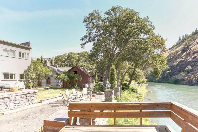Dog-friendly riverfront home w/perfect views, shared deck & close beach access! - Image 1 - Klickitat - rentals