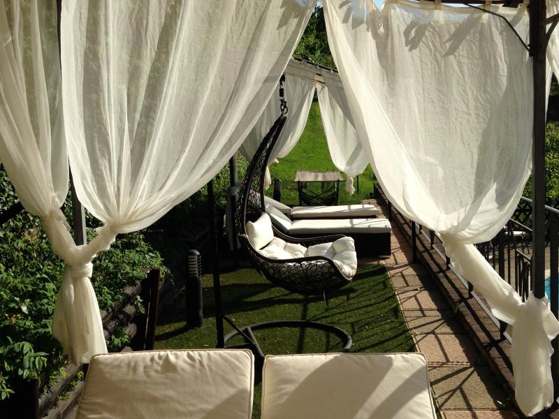 Luxury villa rental in Perugia, Umbria - The area relax by the eco pool with cabanas - Luxury Villa rental 15min. medieval center Perugia - Perugia - rentals