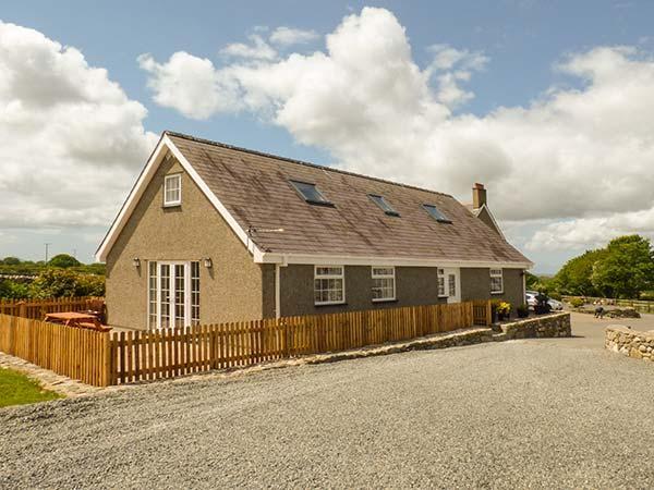 TY NI, romantic, patio, garden, WiFi, nr Caeathro, Ref 918056 - Image 1 - Caeathro - rentals
