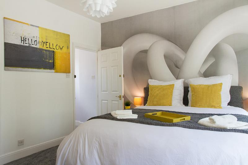 Master bedroom on top of the 3-storey house - HelloYellow!NEW*WESTEND*DESIGN*HOUSE*LEICESTER SQ* - London - rentals