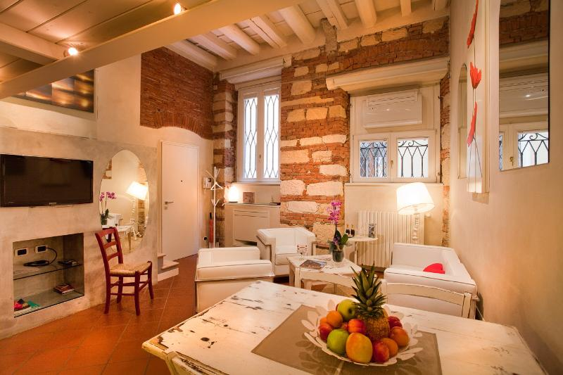 Cadrega Rossa - Living Room - LE CADREGHE APARTMENTS in Verona city centre - Verona - rentals