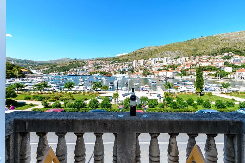 3bedroom comfortable renovated apartment - Image 1 - Dubrovnik - rentals