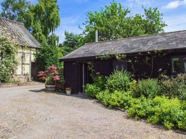 THE STABLES, ground floor cottage, romantic, WiFi, woodburner, private heated swimming pool, near Pembridge, Ref 922612 - Image 1 - Pembridge - rentals