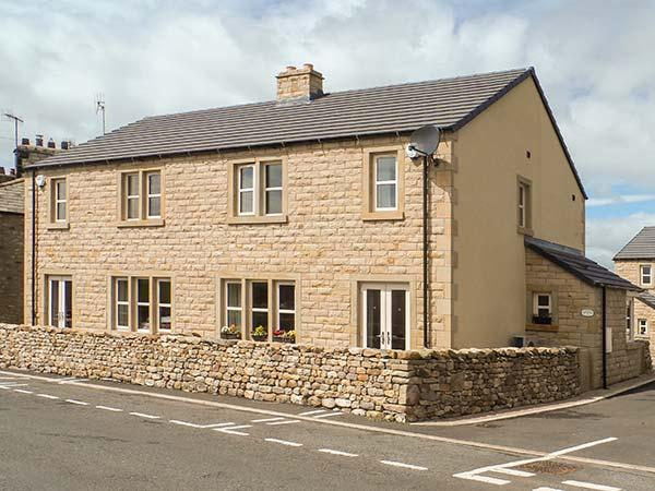 THISTLEDOWN, semi-detached cottage, en-suite, woodburner, parking, enclosed garden, in Ingleton, Ref 917086 - Image 1 - Ingleton - rentals