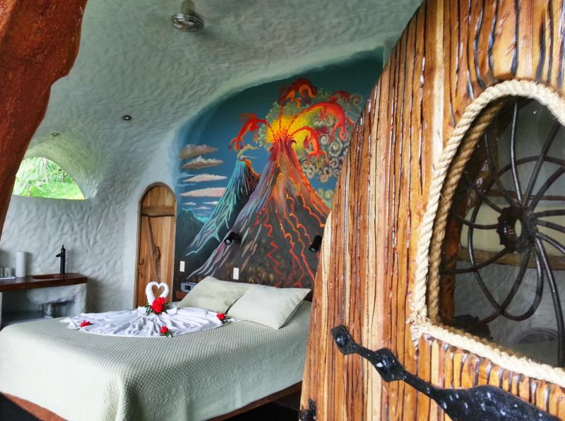 Expect the Unexpected! - Leaves and Lizards Arenal Volcano Cabin Retreat - La Fortuna de San Carlos - rentals