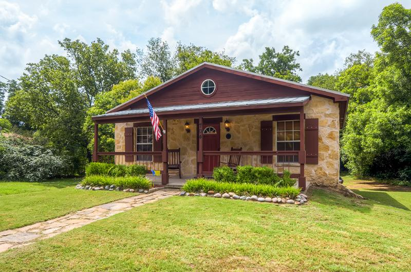 Two blocks from historic downtown Glen Rose, TX! - Beautiful and Newly Renovated 2BR Cottage in Glen Rose - Close to Downtown Attractions! - Glen Rose - rentals