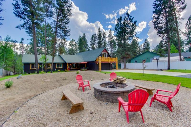 20 Minutes from Mt. Bachelor with hot tub, fire pit, more! Bring your dogs too! - Image 1 - Sunriver - rentals