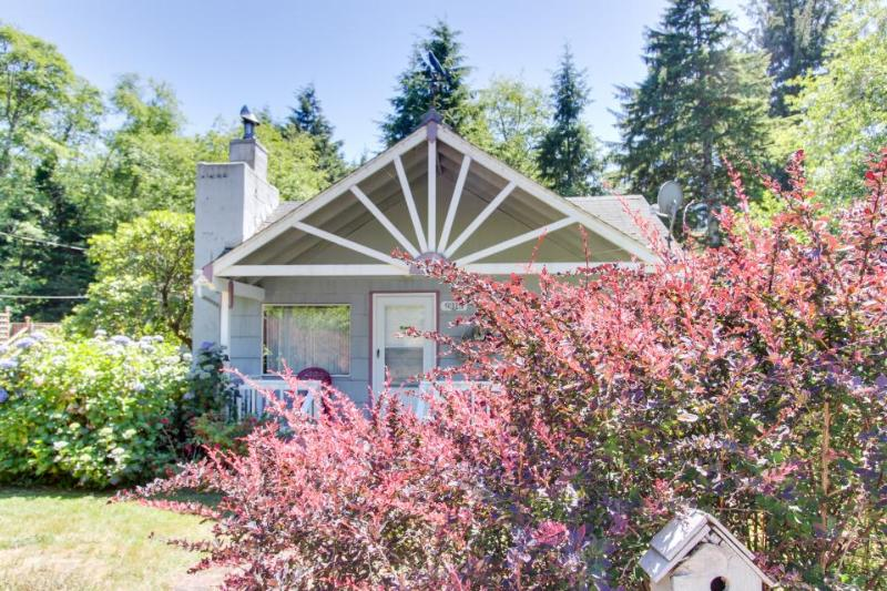 Fun-loving, dog-friendly home with private hot tub. - Image 1 - Manzanita - rentals