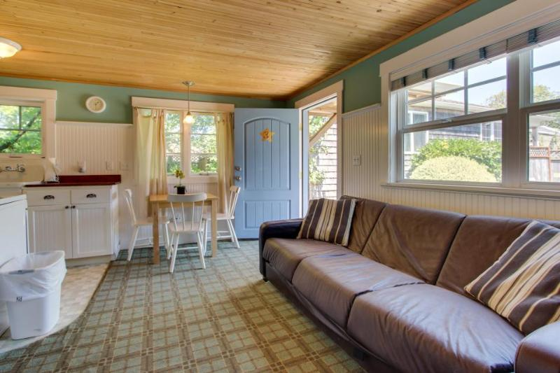 Adorable, airy, dog-friendly cottage close to beach & downtown! - Image 1 - Cannon Beach - rentals