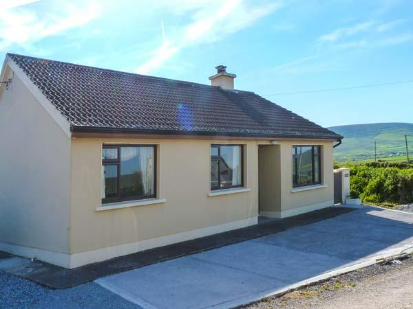 AN GHEALACH, detached, ground floor, woodburning stove, enclosed garden, near Ventry, Ref 924514 - Image 1 - Ventry - rentals