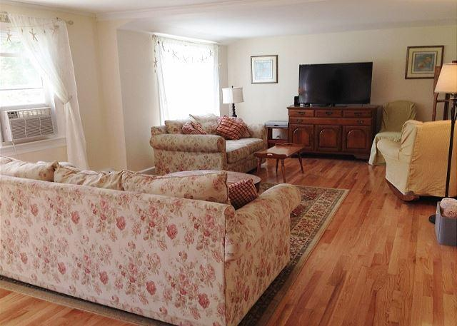 SKAKET BEACH LOCATION IN ORLEANS SLEEPS 8 HAS A/C AND IS PET FRIENDLY - Image 1 - Orleans - rentals
