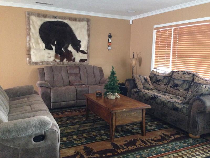 Living Room - Lazy Bear Lodge with Hot Tub - Big Bear City - rentals