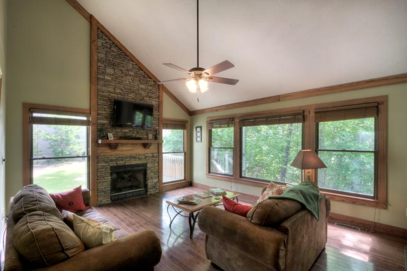 Mountain Craftsman Style  In This Awesome Living Room..Plenty Of Windows - LUXURIOUS MOUNTAIN CABIN - Gatlinburg - rentals