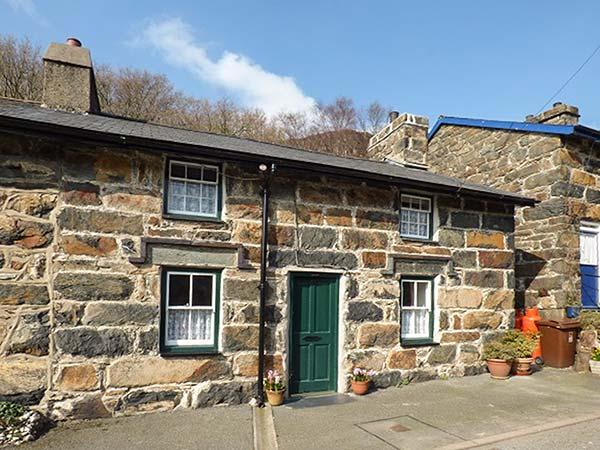 PEN Y BONT, terraced, Grade II listed, woodburners, garden, in Beddgelert, Ref 922358 - Image 1 - Beddgelert - rentals