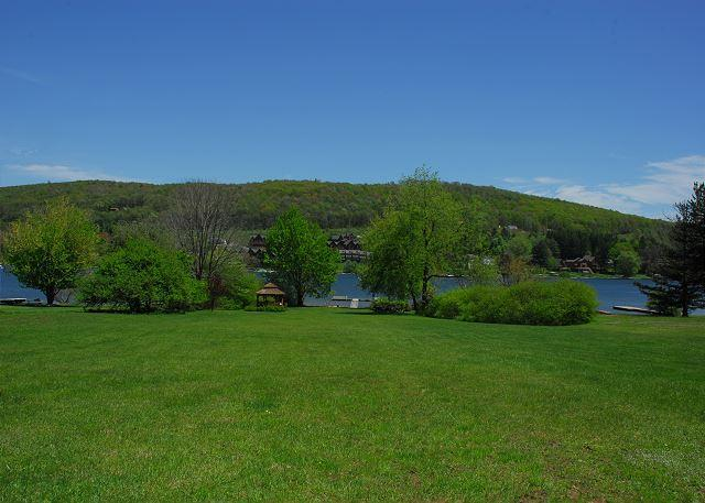 Lake Front at Lake Access/driving distance to unit - Charming & Cheerful 2 Bedroom mountainside townhome close to all activities! - McHenry - rentals