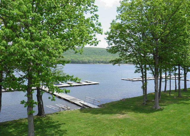 Townhome with grassy, level lakefront & dock slip close to DCL State Park! - Image 1 - Oakland - rentals