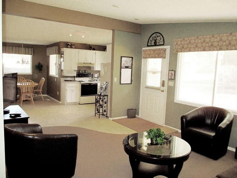 Living Room, Kitchen & Dinette - Mission Hills Vacation Suite-Family Rental Kelowna - Kelowna - rentals