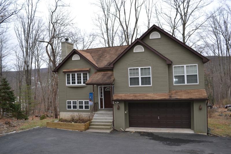 """""""Bear & Moose"""" Themed Pocono Home With Log Beds! - Image 1 - East Stroudsburg - rentals"""