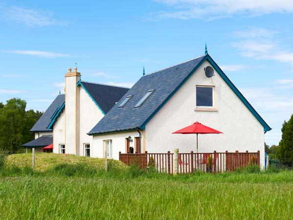 THE MEWS APT, open plan, WiFi, open views, private decking, near Inverness, Ref. 922130 - Image 1 - Inverness - rentals