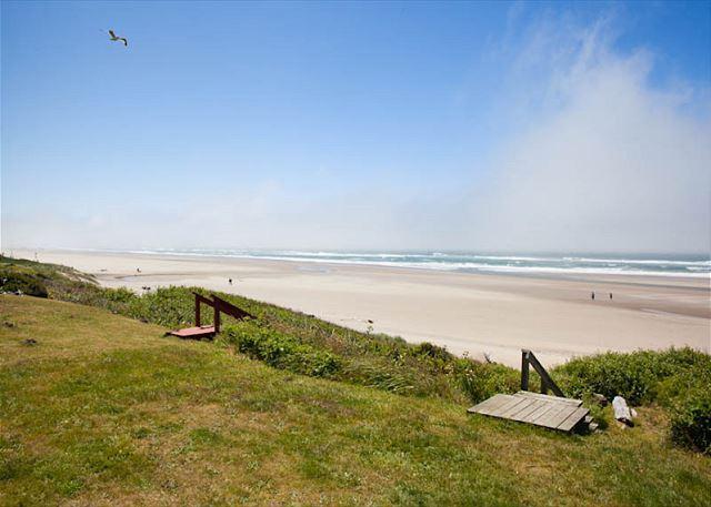 Beach Club - Ocean Front Roads End Hm Ocean Vw Hot Tub & Private Beach Access - Image 1 - Lincoln City - rentals