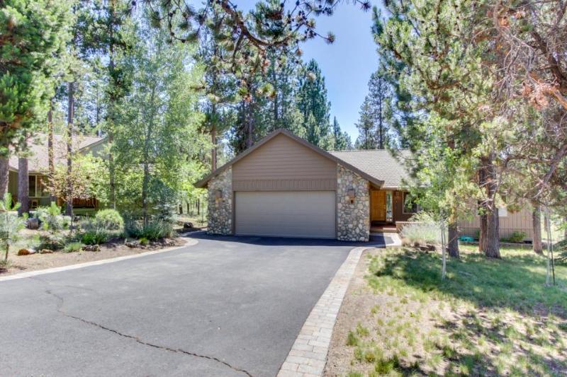 Cozy Sunriver lodge-style home w/ private hot tub & SHARC passes! - Image 1 - Sunriver - rentals