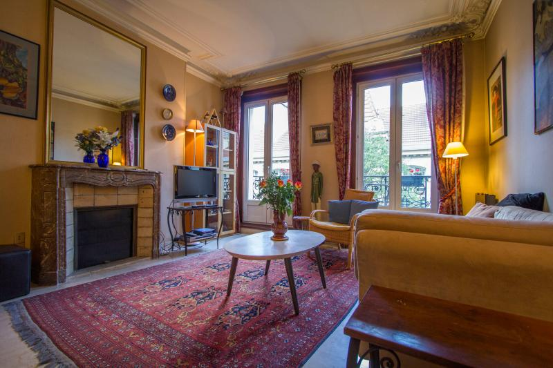 "Living Room with Terrace and Marble Fire Place - Paris ""foodies paradise"" Rue des Martyrs 1 Bedroom - Paris - rentals"