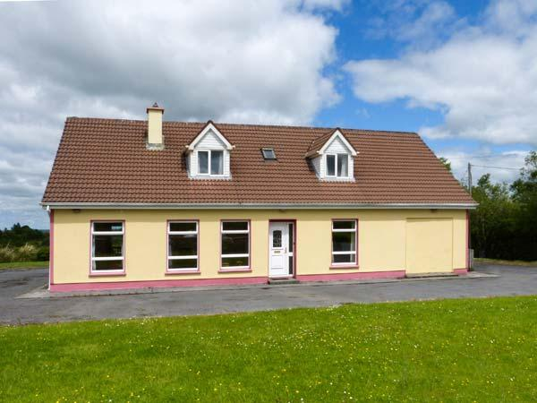 ABHAILE, pet-friendly cottage with en-suite facilities, open fire and stove, open plan living, near Inagh, Ref. 925971 - Image 1 - Inagh - rentals