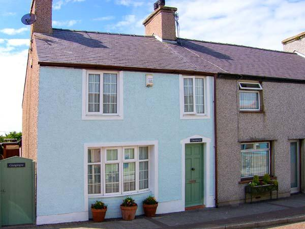 GWYNFA, end-terrace, woodburner, pet-friendly, enclosed patio, WiFi in Cemaes Bay, Ref 919685 - Image 1 - Cemaes Bay - rentals