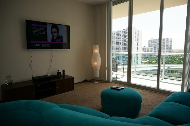 LIVING ROOM - PENTHOUSE 2/2 BDR ON 17TH FL SUNNY ISLES  BEACH - Sunny Isles Beach - rentals