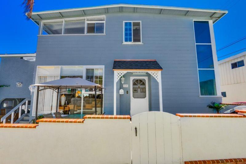 Front of the house - See-Ya-Soon Beach House: Steps to the sand! A/C, Fenced Yard, Walk to Shops and Restaurants, Wifi - Mission Beach - rentals
