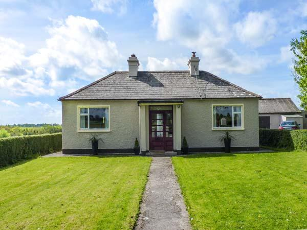 HOLLYWELL, detached cottage, two woodburners, lawned garden with furniture, good touring base near Roscommon, Ref 923970 - Image 1 - Roscommon - rentals