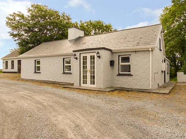 ORCHARD COTTAGE, detached, ground floor, open fire, en-suite, near Shannon Estuary and Killimer, Ref 926371 - Image 1 - Killimer - rentals