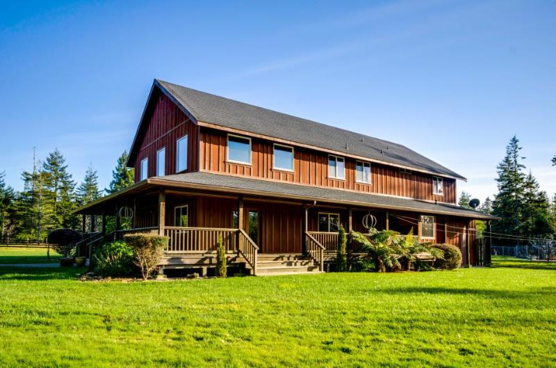 Elegant & dog-friendly country lodge among redwoods with horse pasture! - Image 1 - Mendocino - rentals