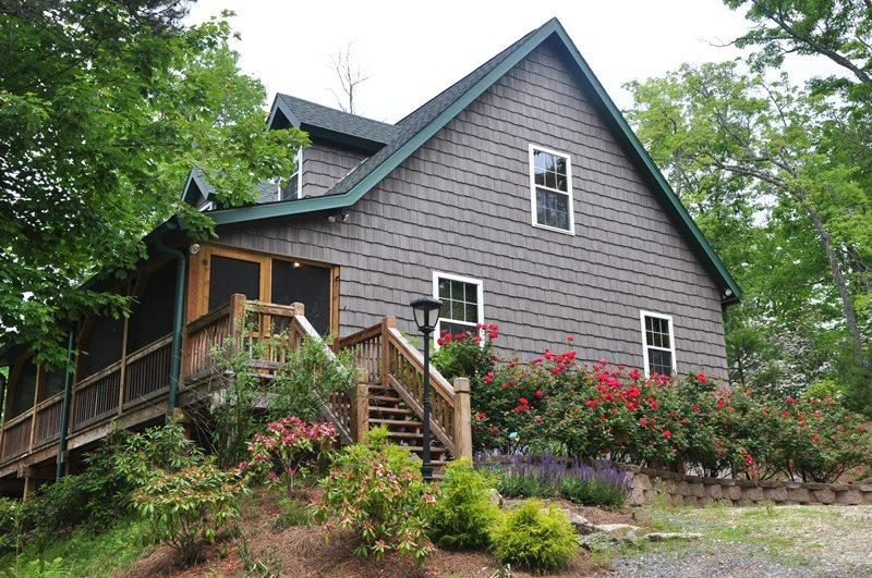 The Hilltop is Convenient to Harrahs Casino and the Great Smoky Mountains Railroad - The Hilltop- Central between Harrah's Casino and the Great Smoky Mountain Railroad with Outdoor Firepit, Covered Porch and View - Bryson City - rentals