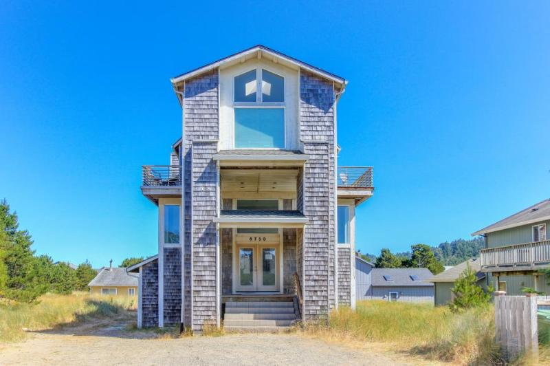 Gorgeous and enormous home with space for 12-16 guests! - Image 1 - Pacific City - rentals