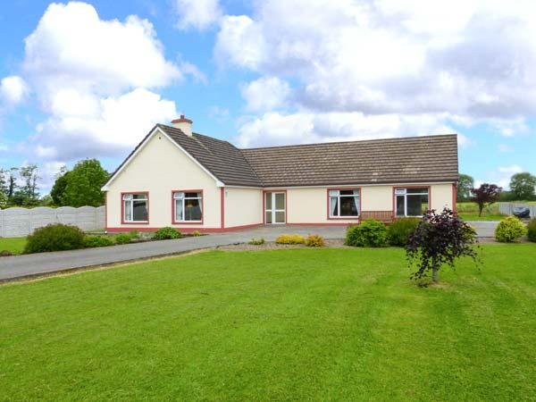 TEACH CHIARRA, single-storey cottage, open fire, large lawned garden, near Lixnaw, Ref 3887 - Image 1 - Lixnaw - rentals