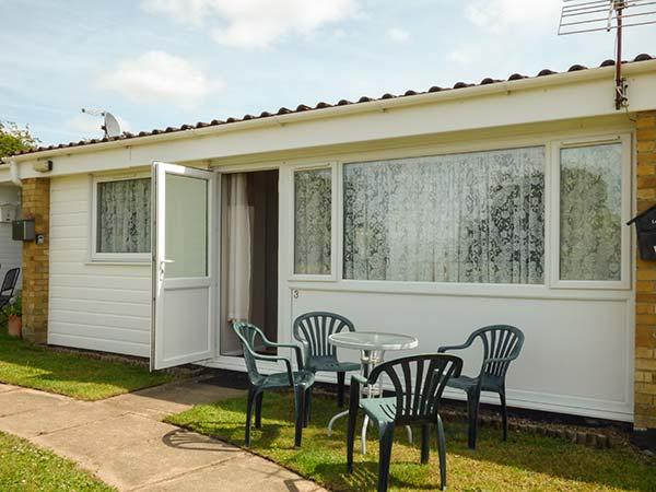 THE MIA, chalet, pet-friendly, shared grounds, near Burgh Castle, Ref 914597 - Image 1 - Belton - rentals