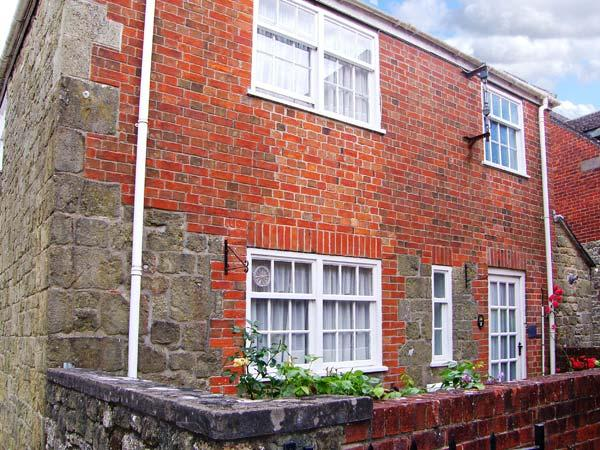 SLOE COTTAGE, Grade II listed stone cottage, WiFi, parking, central location, in Shaftesbury, Ref 912355 - Image 1 - Shaftesbury - rentals